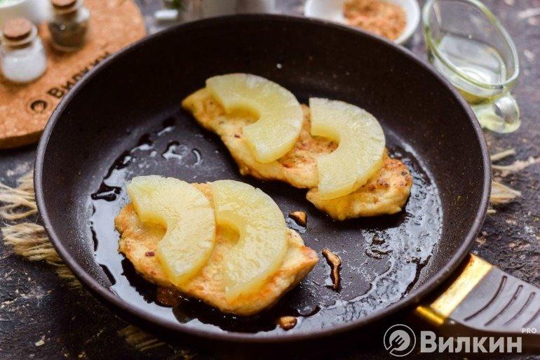 Выкладка ананасов