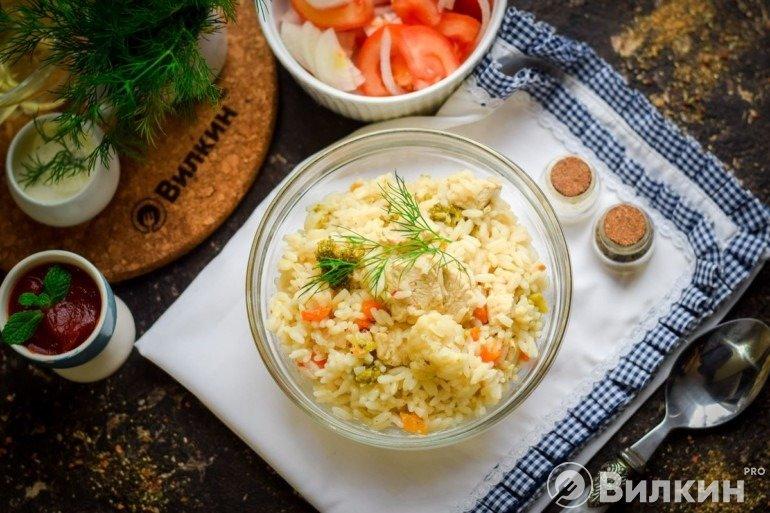 Тушеная курица с рисом и овощами
