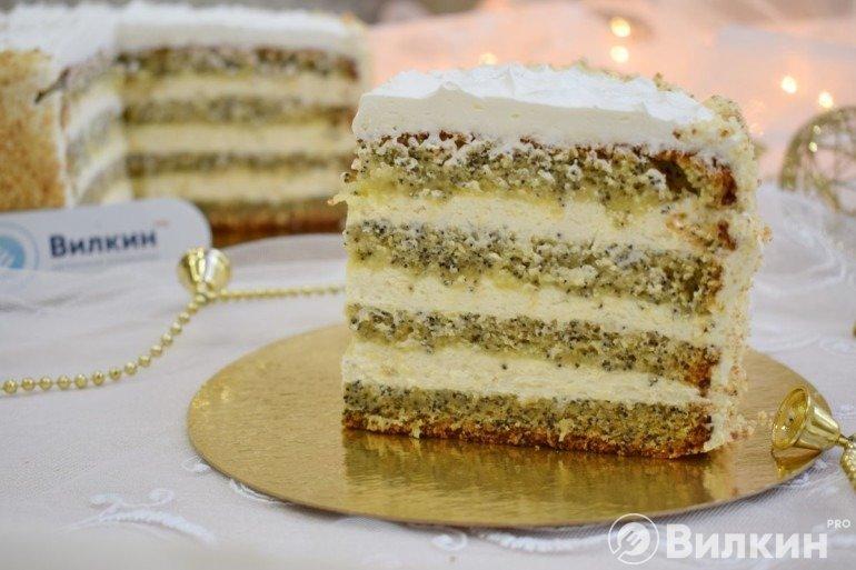 Кусочек бисквитного торта с маком и кремом