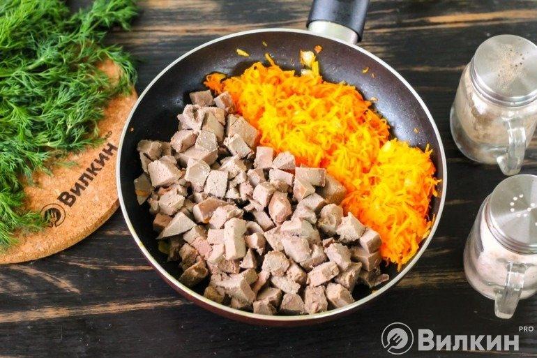 Морковь с печенкой на сковороде