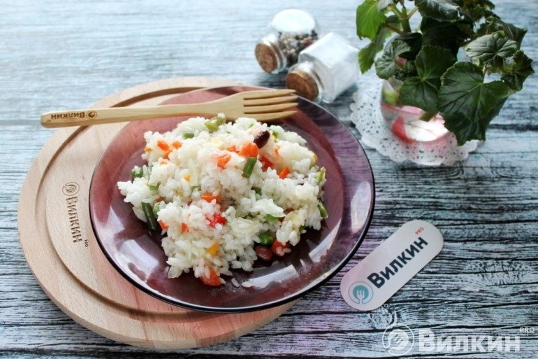Порция каши из риса с овощами