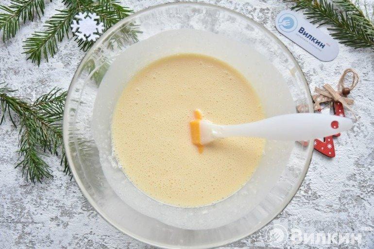Соединение опары и яично-масляной массы