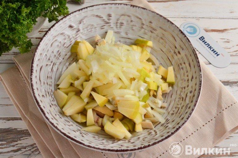 Добавление лука в салат