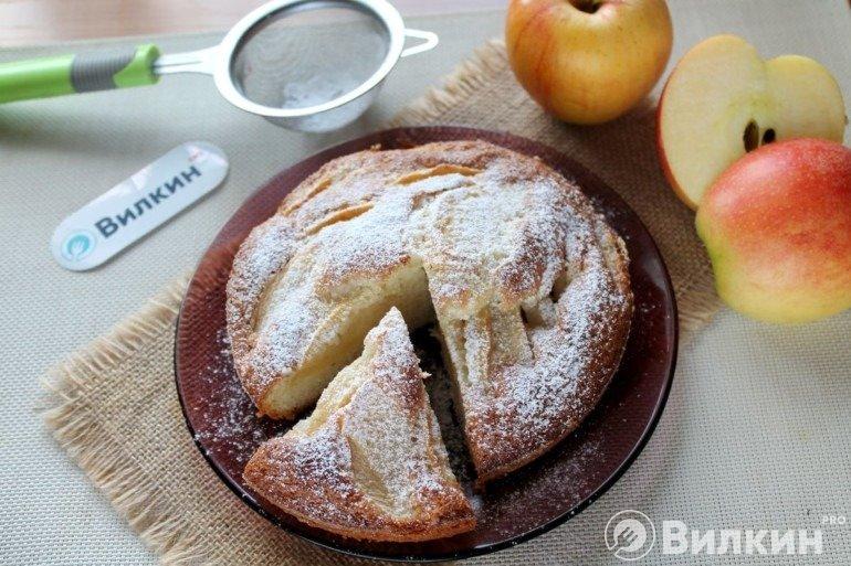 Шарлотка с манкой и яблоками