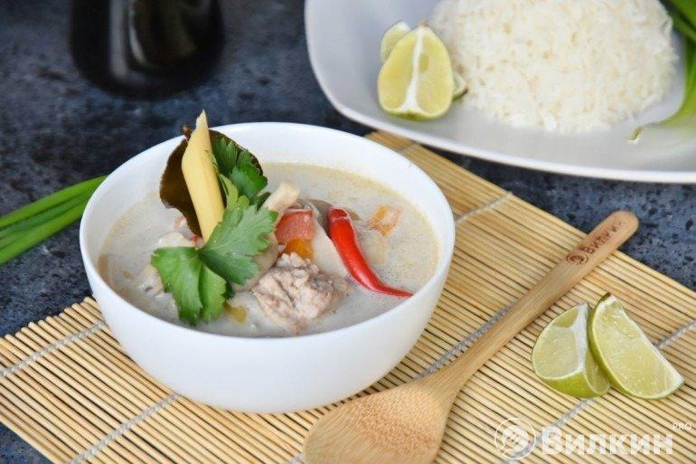 Тайский суп Том Кха на кокосовом молоке
