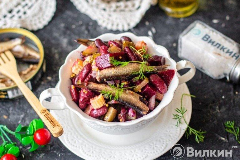Свекольный салат с фасолью и шпротами