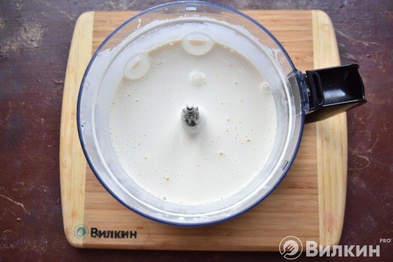 Соединение яичной смеси с мукой и какао