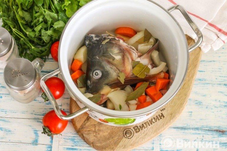 Части рыбы и овощи