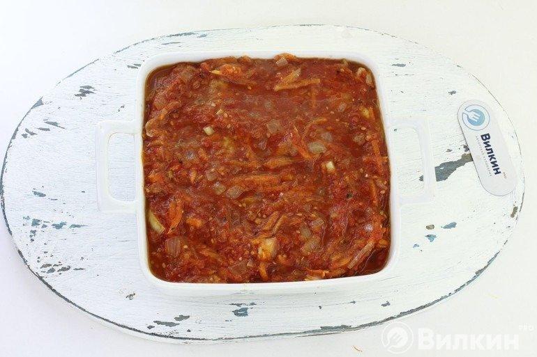 Перекладывание овощного соуса в форму