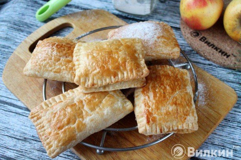 Конвертики из слоеного теста с яблоками
