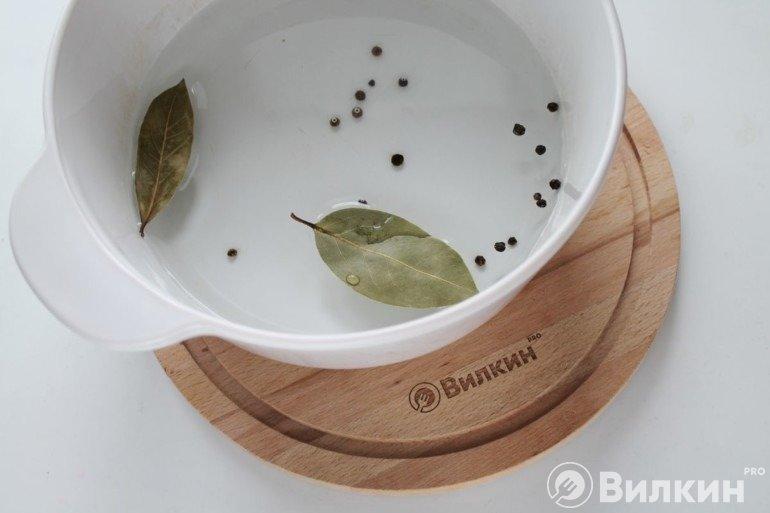 Вода с лавровыми листьями