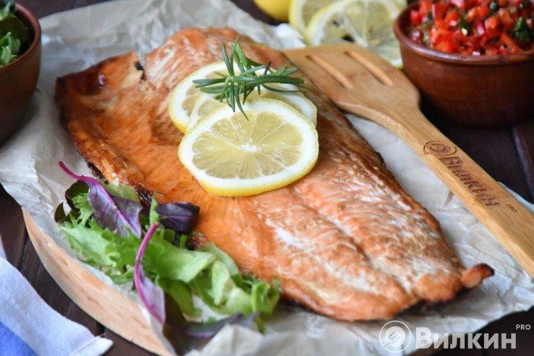 Подача красной рыбы на стол