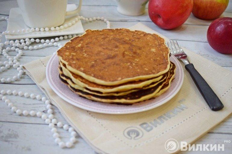 Яблочные панкейки на завтрак