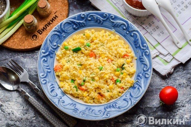 Рис по-тайски с яйцом и овощами