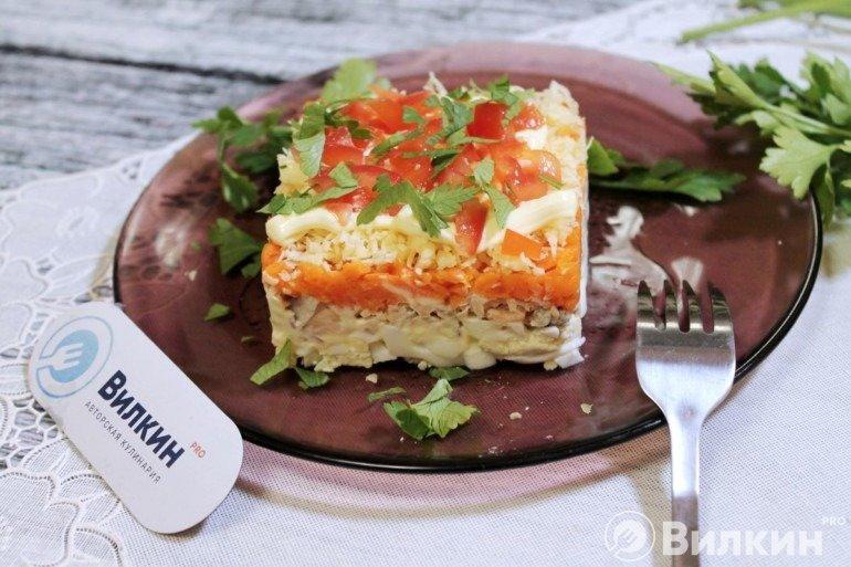 Слоеный салат с лососем консервированным