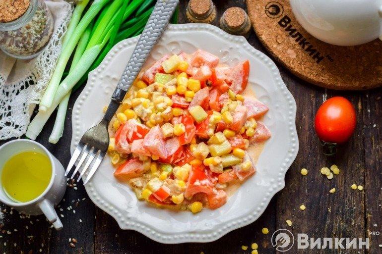 Салат с кукурузой и помидорами