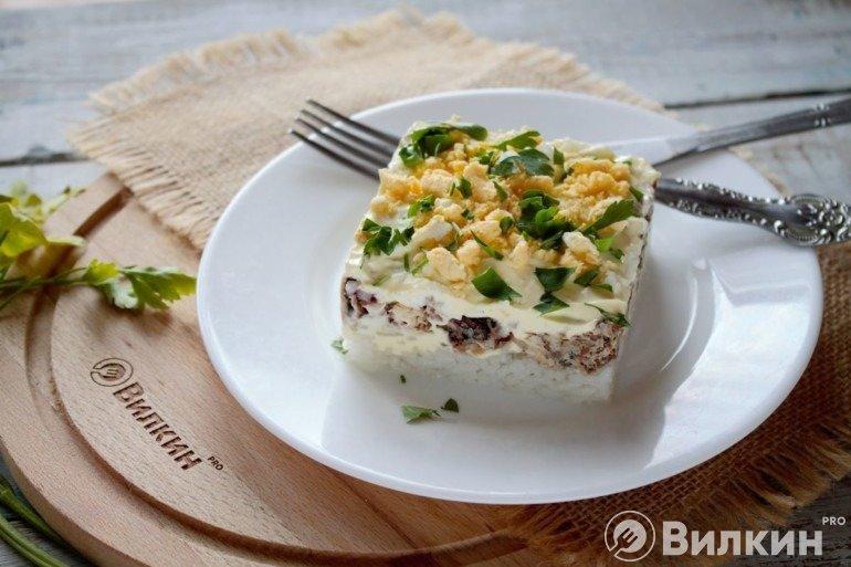 Салат с сайрой, рисом и яйцом