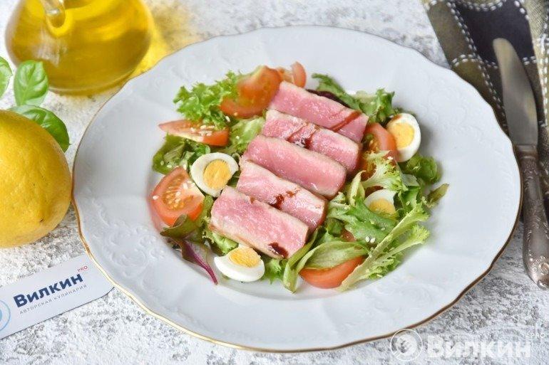 Салат с жареным тунцом и руколой
