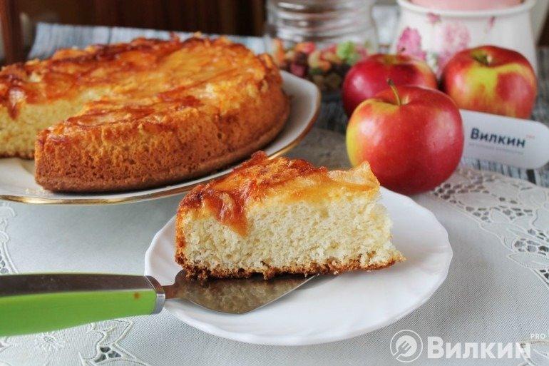 Шарлотка с карамелизированными яблоками в домашних условиях