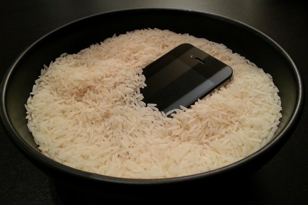 Эффективно ли высушивать утопленный смартфон при помощи риса — Технологии на TJ