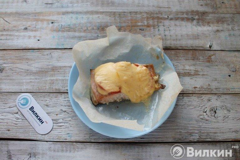 Горбуша, запеченная с сыром и помидором