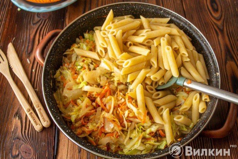 Соединение овощного микса с макаронами