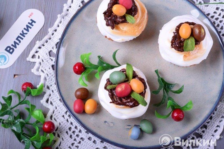 Кексы с шоколадными гнездами и марципановыми яйцами