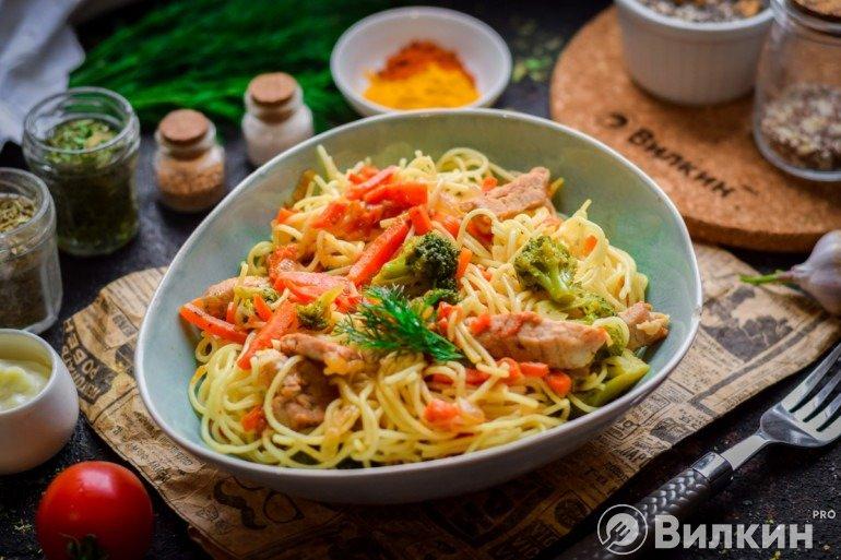 Спагетти со свининой и овощами