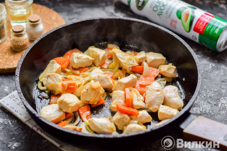 Обжарка курицы и овощей