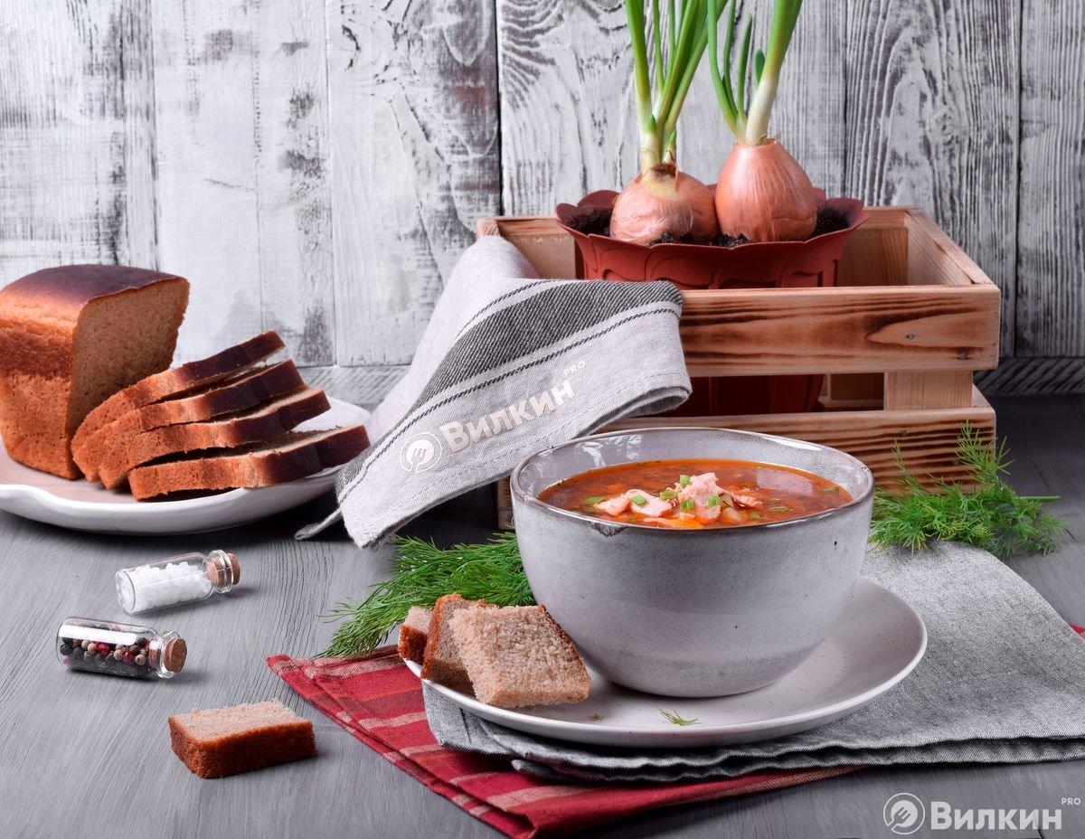 Подача томатного супа из форели к столу