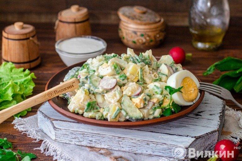 Салат с черемшой, огурцами и яйцами