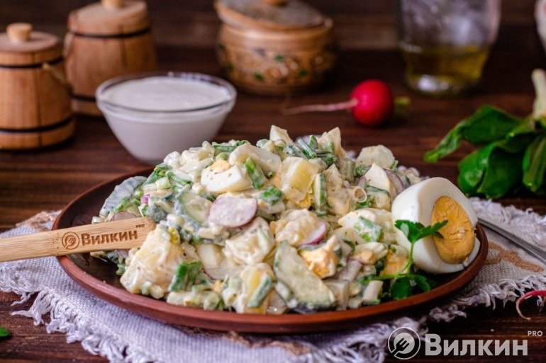 Готовый салатик из черемши и картошки