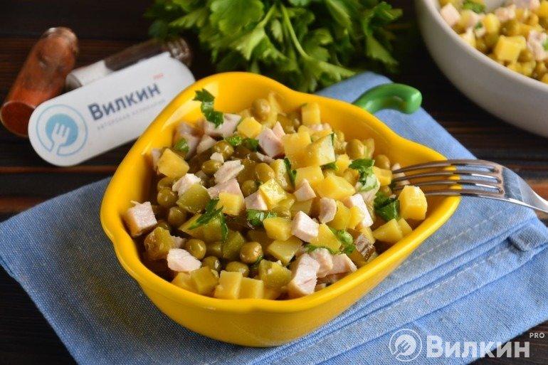 Салат с курицей, картошкой и консервированным горошком