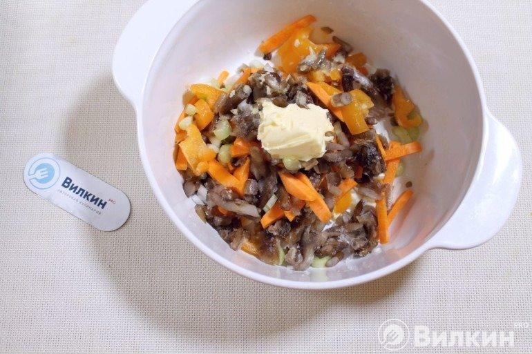 Грибы с овощами и маслом
