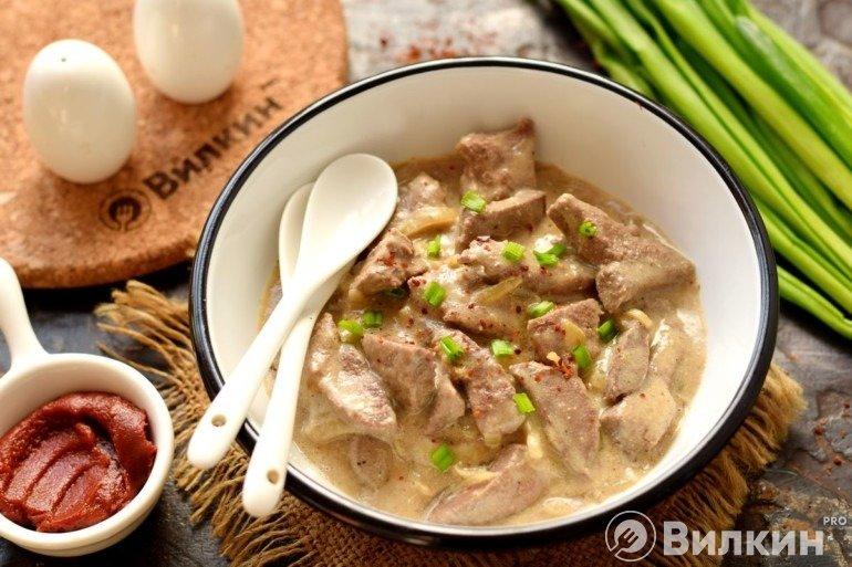 Свиная печень с луком в сметанном соусе