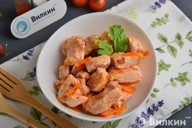 Тушеная индейка с морковью и луком