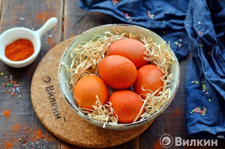 Яйца на Пасху, крашеные молотым красным перцем (паприкой)