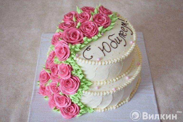 Готовый торт из двух ярусов