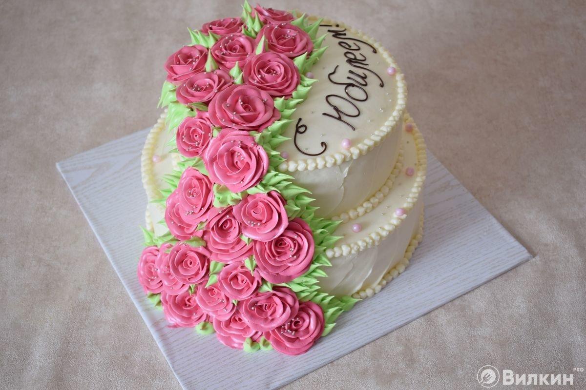 Бисквитный двухъярусный торт на юбилей