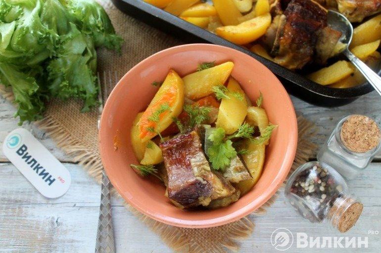 Запеченные говяжьи ребрышки с картошкой