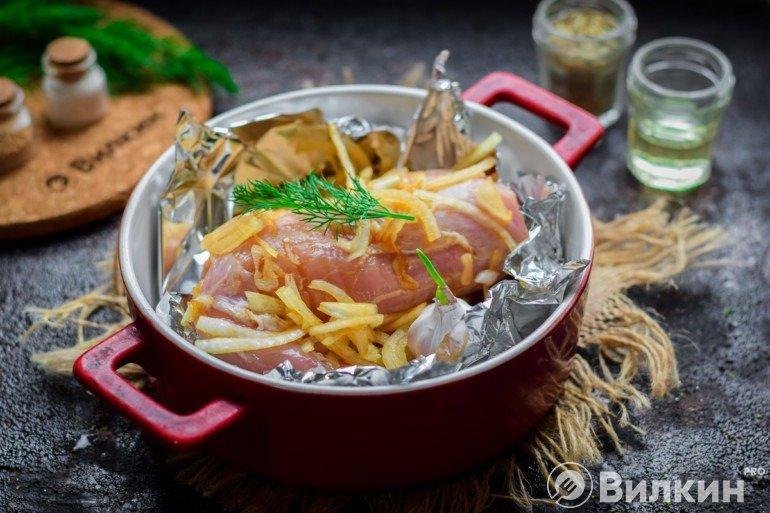 Подготовленная к запеканию свинина в маринаде в фольге