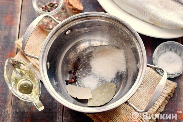 Соль, перец, лавровый лист