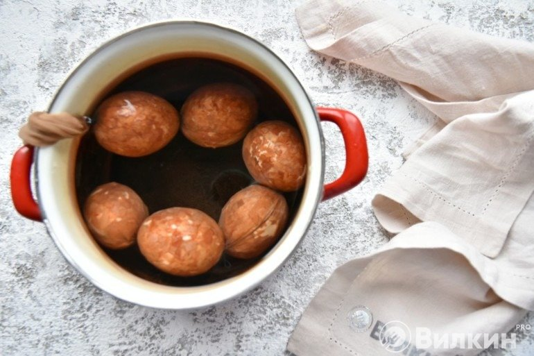 Закладка яиц в кастрюлю