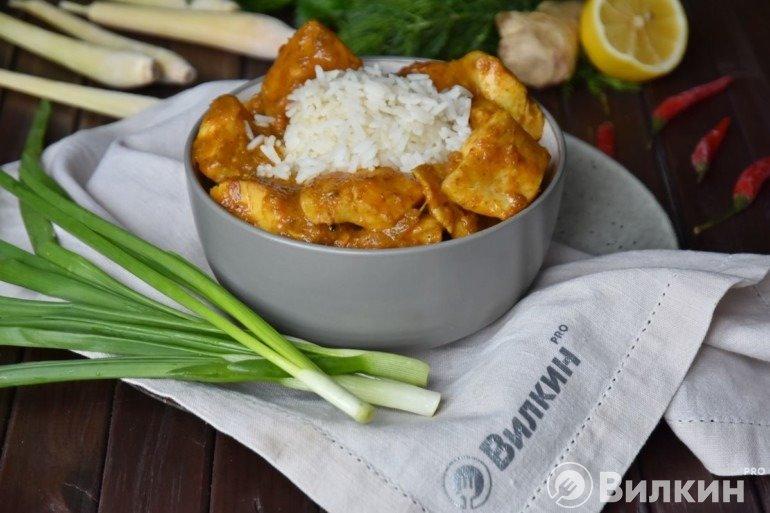 Желтое карри из рыбы с рисом по-тайски