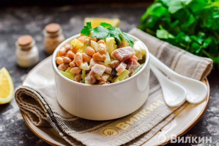 Салат с фасолью, огурцами и мясом