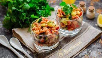 Салат с фасолью в томатном соусе