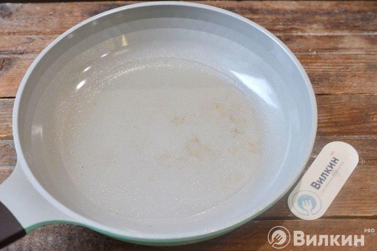 Разогревание масла в сковороде