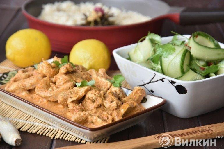 Жасминовый рис с соусом карри и огуречным салатом (обед в тайском стиле)