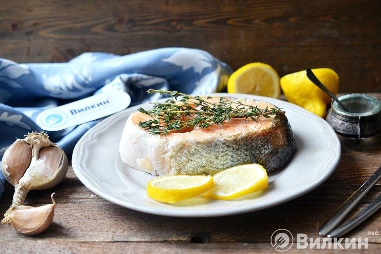 Стейк из красной рыбы на сковороде