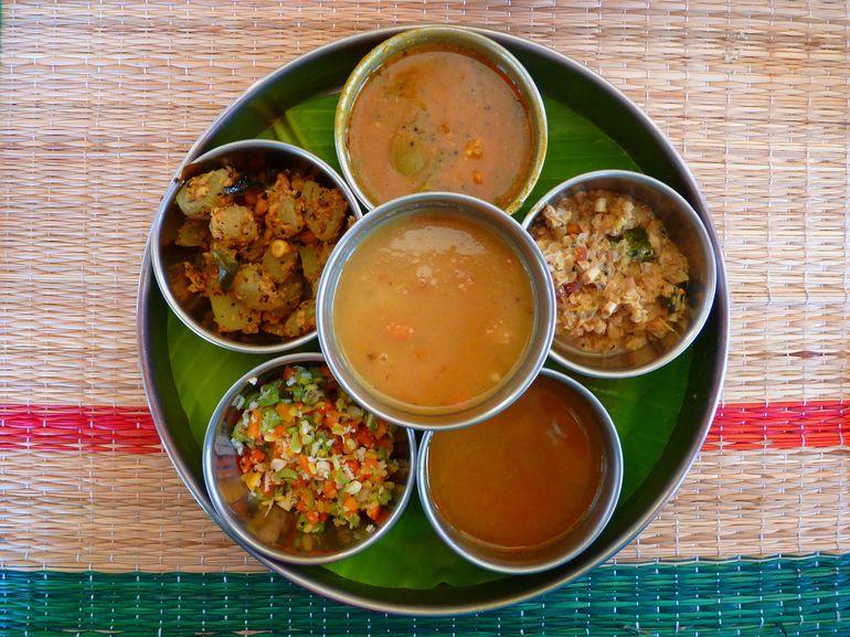 Стол с несколькими блюдами